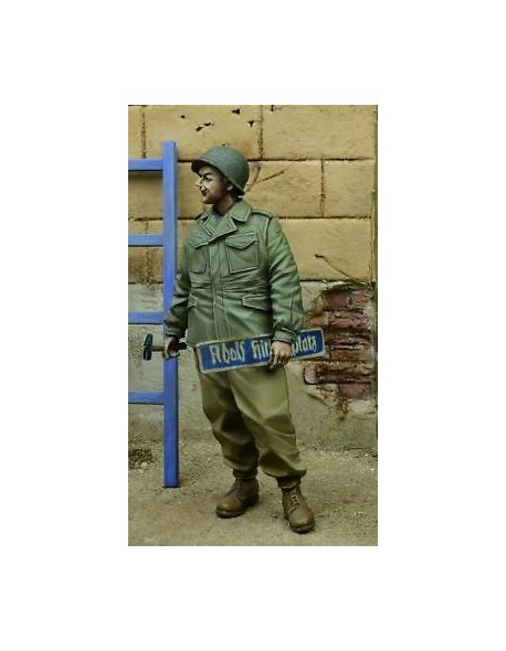 D-Day Miniature, 35077,1:35, US G.I. holding Street Sign, Germany 1945 (1 fig.)